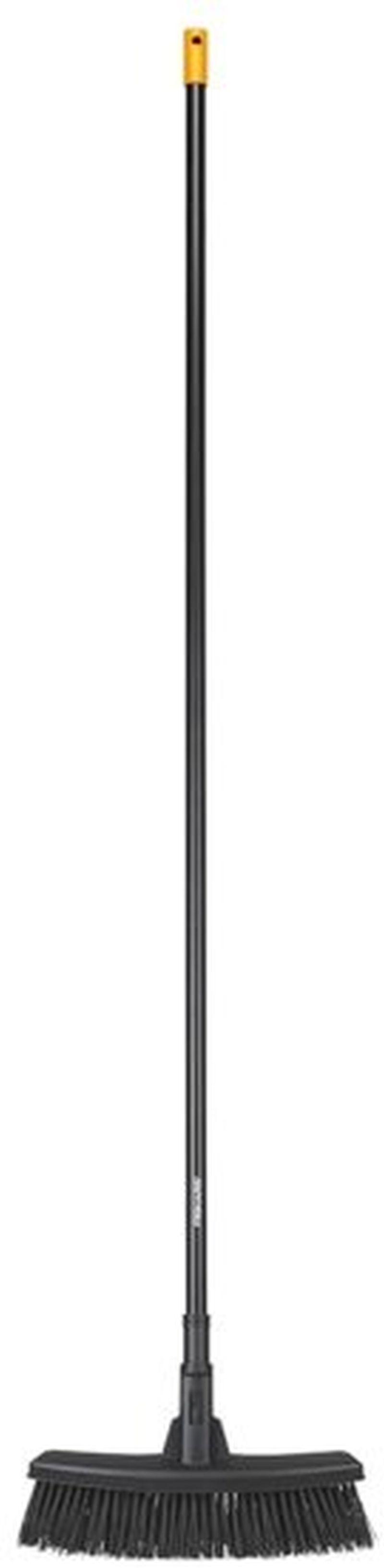 Fiskars Solid™ univerzální koště M s násadou 1025921